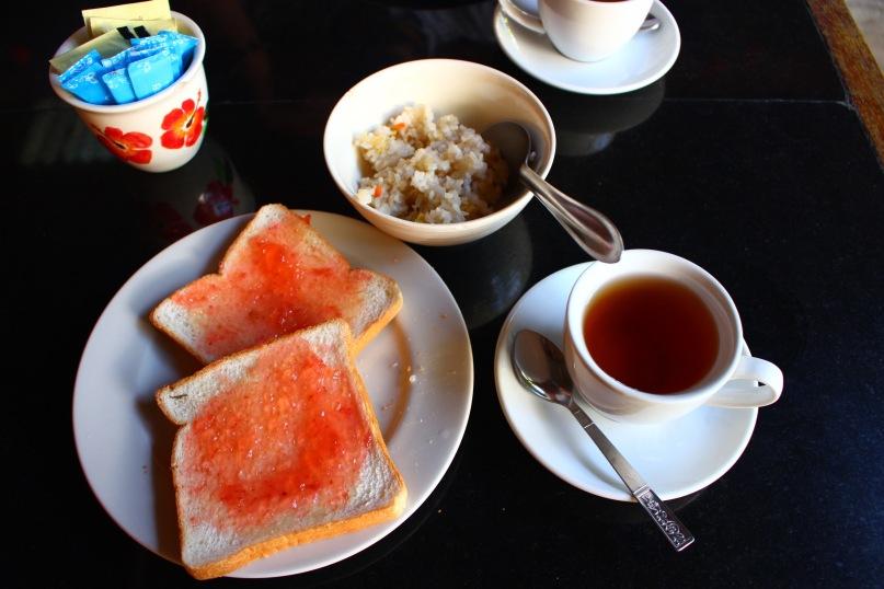 Petit déjeuner de notre guest house : tartines, riz frit, thé