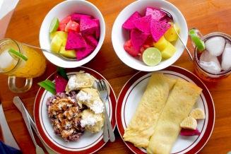 Nos petits déjeuner composés de bols de fruits (fruits du dragon, ananas, pastèques)